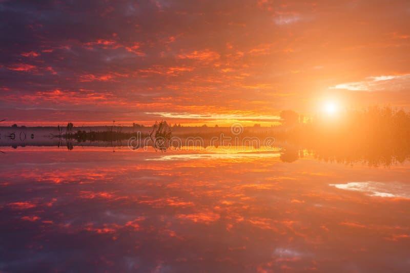 美丽的黎明天空的反射在河 库存图片
