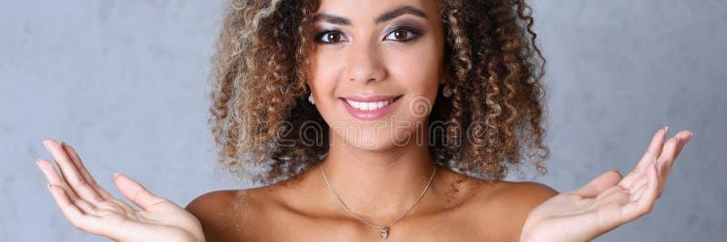 美丽的黑人妇女画象 手上升和微笑的秀丽 免版税图库摄影