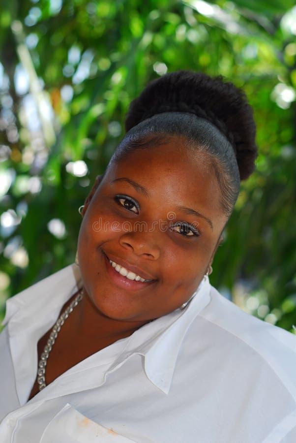 美丽的黑人微笑的妇女 免版税库存照片