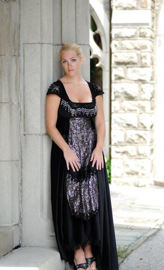 欧美白妇干黑人_美丽的黑人白肤金发的礼服葡萄酒妇