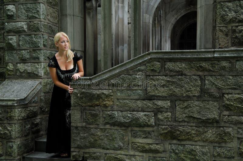 欧美白妇干黑人_美丽的黑人白肤金发的礼服葡萄酒妇 .