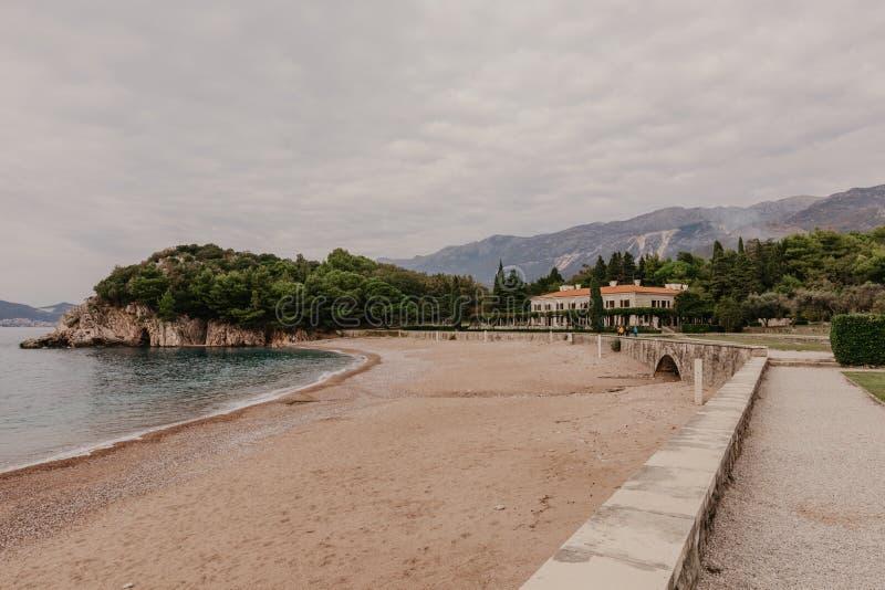美丽的黑山海湾用沙滩和完善的亚得里亚海水 库存照片