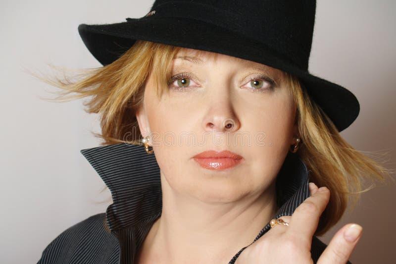 美丽的黑帽会议妇女 库存照片