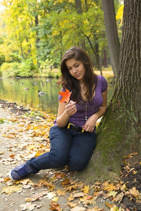 美丽的黑暗的女孩头发公园年轻人 免版税库存照片
