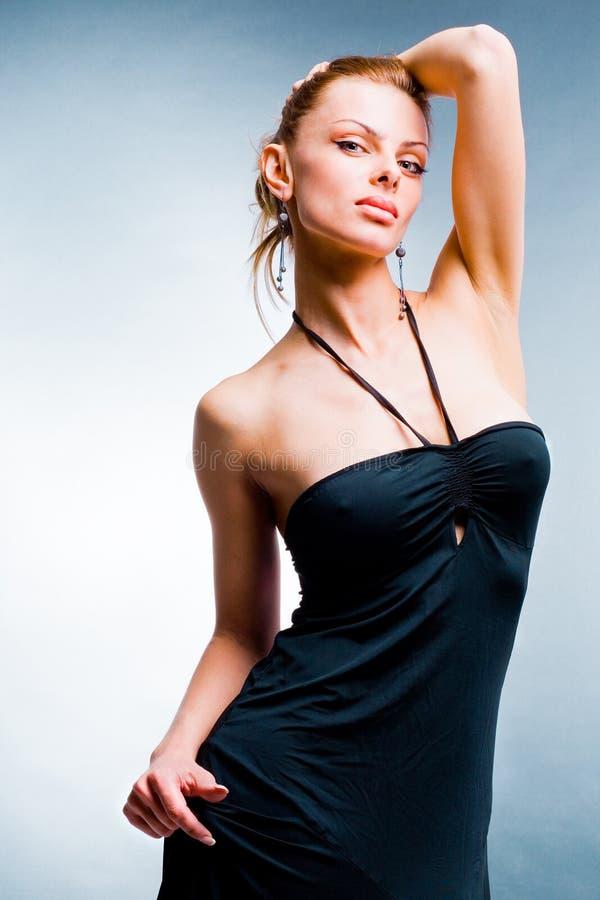 美丽的黑色礼服工作室妇女年轻人 免版税库存照片