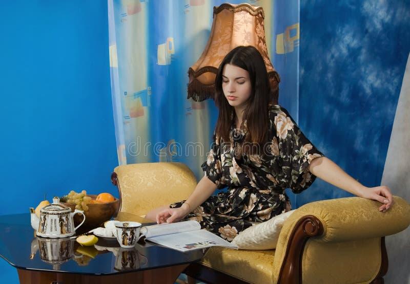 美丽的黑色饮用的女孩茶 库存图片