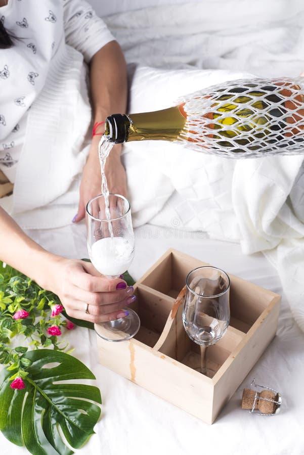 美丽的黑色香槟玻璃白人妇女 免版税库存图片