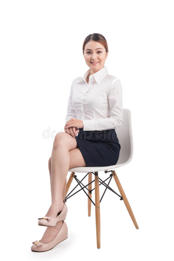 美丽的年轻亚裔女商人全长画象坐 免版税图库摄影