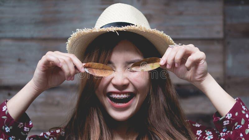 美丽的年轻亚裔女孩有单独愉快的时光 库存图片