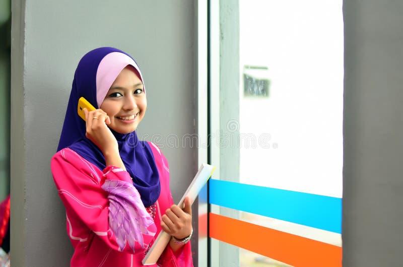 美丽的年轻亚裔女实业家特写镜头画象微笑与手机 免版税库存照片
