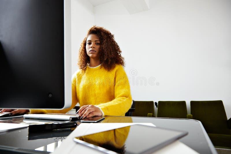 年轻美丽的黑人女孩在家庭办公室工作 免版税库存照片