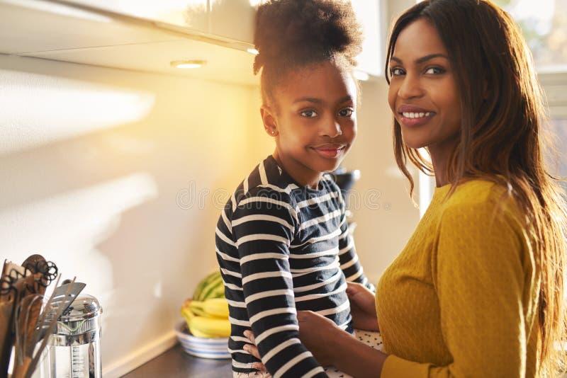 美丽的黑人妈妈和女儿 库存图片