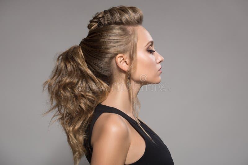 美丽的黑人礼服妇女 发型和明亮的构成 免版税库存图片