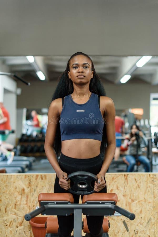 Download 美丽的黑人非裔美国人的健身辅导员画象  解决在健身房的华美的运动的妇女 库存图片 - 图片 包括有 户内, 执行: 72371927