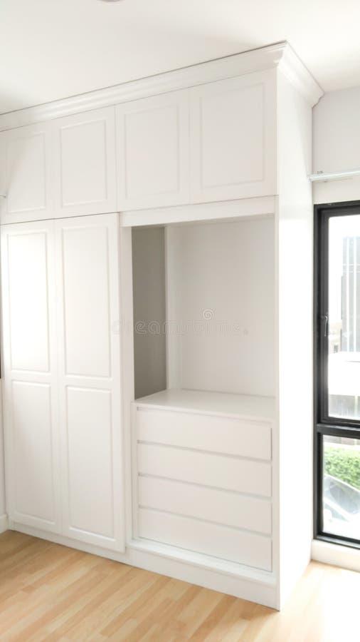 美丽的经典白色木家具 免版税图库摄影