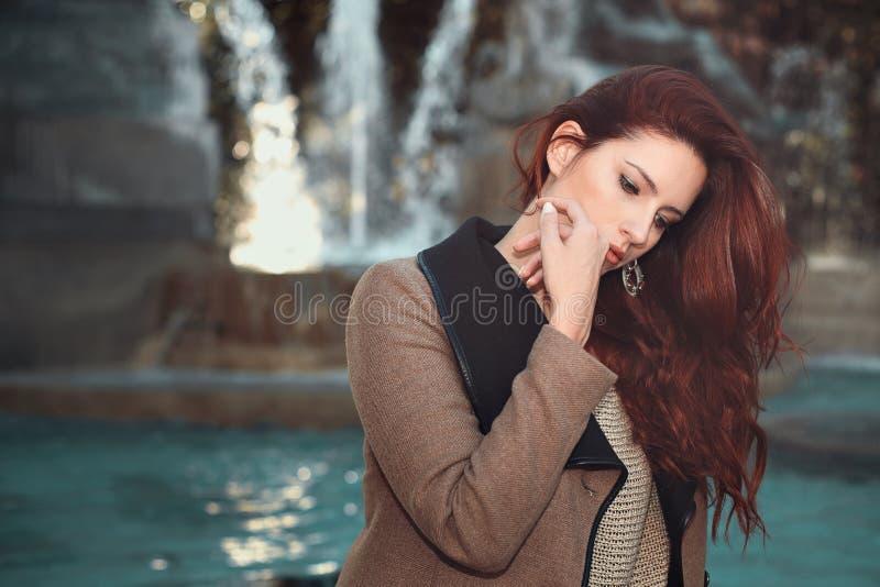 美丽的头发的红色妇女 免版税库存照片