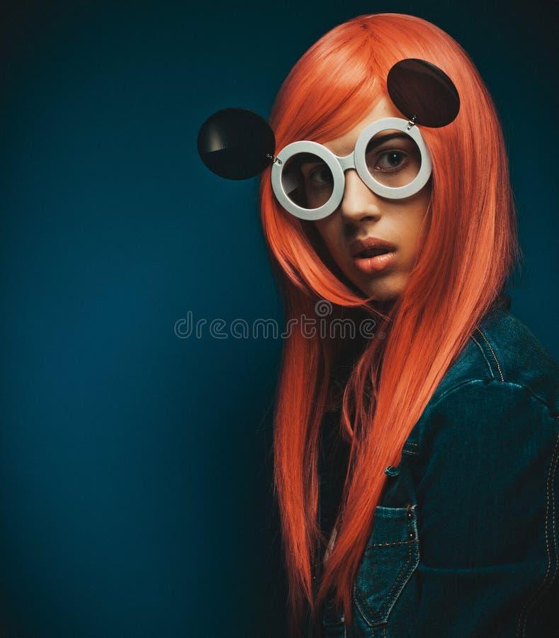 有戴大太阳镜的红色头发的美丽的妇女 照片拍摄时间: february 14th图片