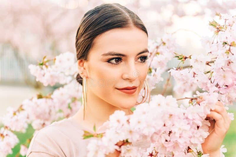 美丽的18-20岁女孩室外画象  免版税库存照片