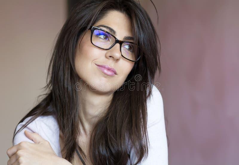 美丽的年轻微笑的妇女画象有现代镜片的 库存图片