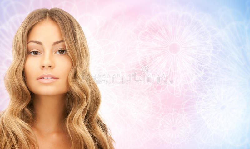 美丽的年轻愉快的妇女的面孔有长的头发的 库存照片