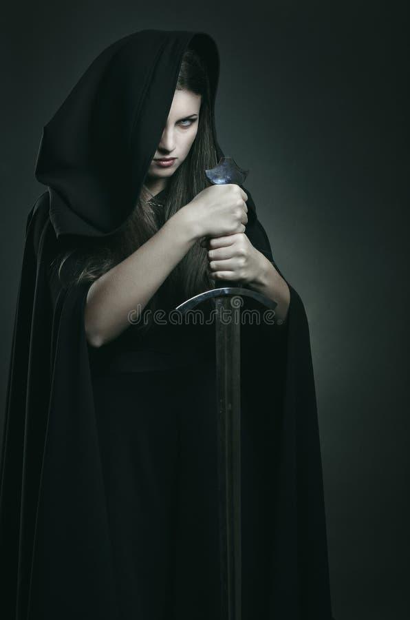美丽的黑暗的妇女邪恶的表示  库存照片