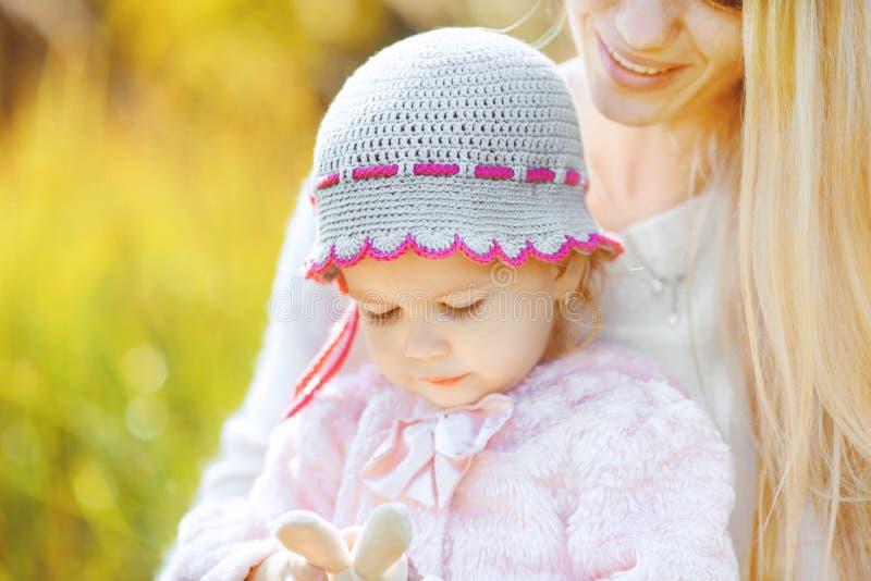 美丽的年轻母亲和她的女儿在公园 免版税图库摄影