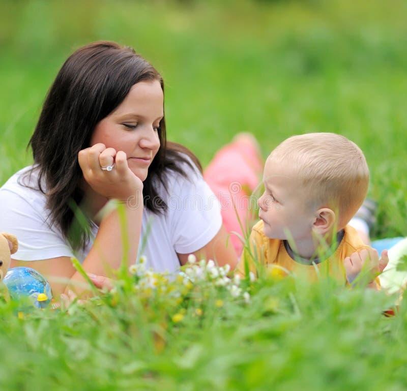 年轻母亲和孩子 库存图片