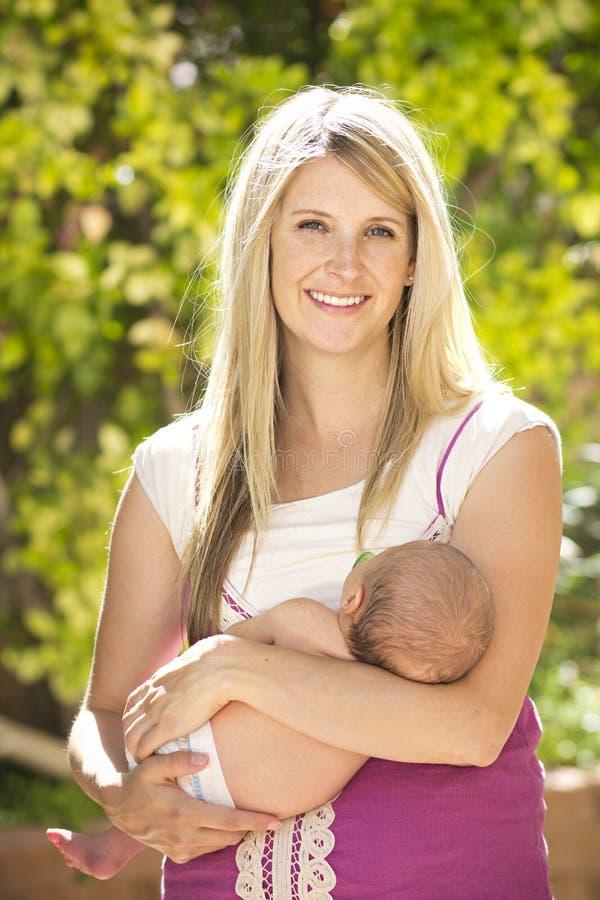 美丽的年轻母亲 免版税库存图片