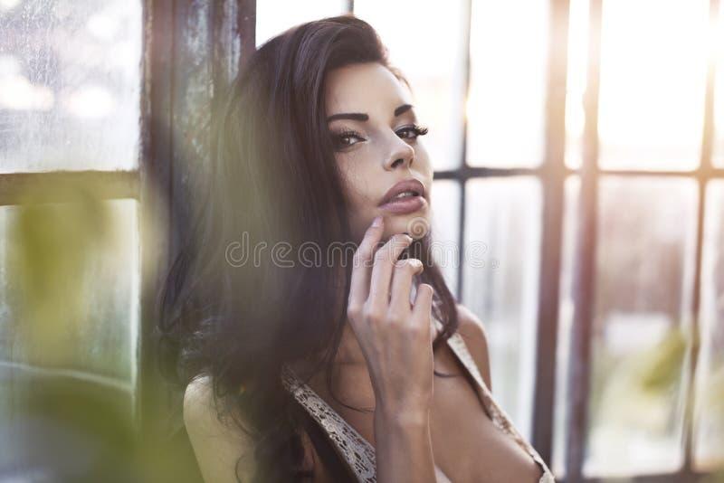 美丽的年轻深色的女孩照片  免版税库存图片