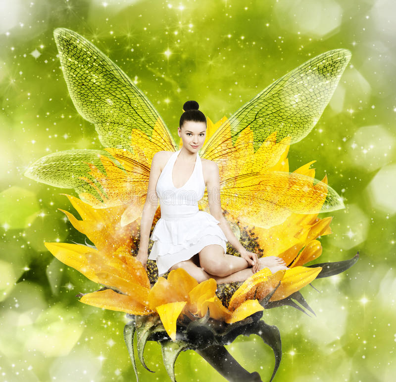 美丽的年轻深色的妇女当向日葵的夏天神仙 库存图片