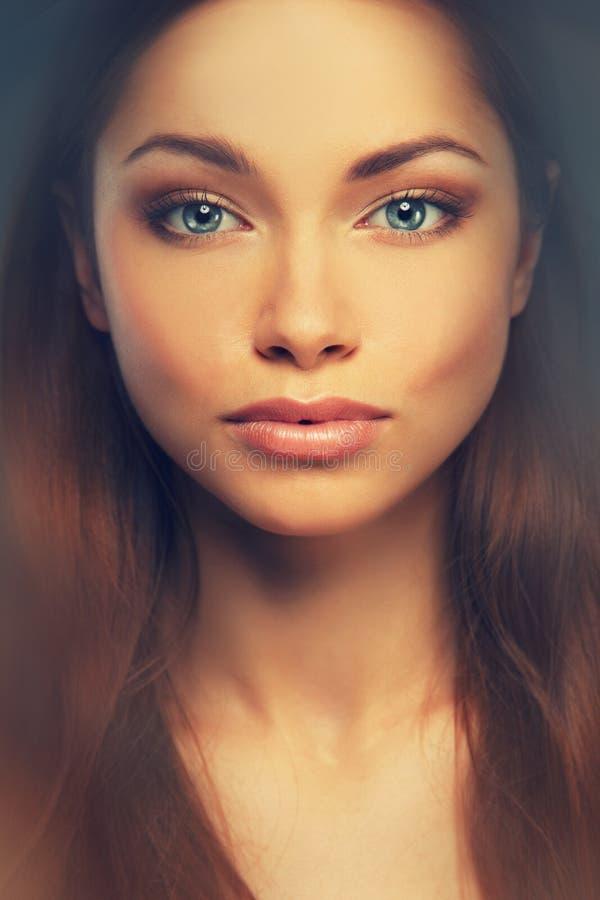 美丽的年轻深色的妇女 免版税图库摄影