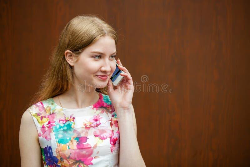 美丽的年轻白肤金发的妇女叫由电话 图库摄影