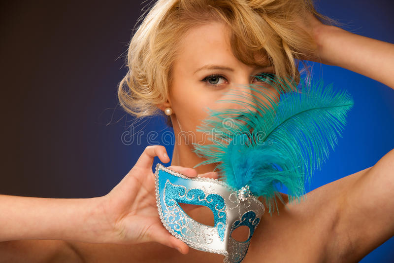 美丽的年轻白肤金发的妇女秀丽画象有威尼斯石标的 库存照片