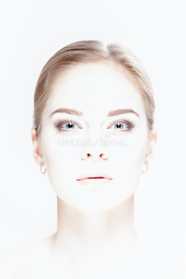 美丽的年轻白肤金发的妇女被曝光过度的画象有绿色的 免版税库存照片