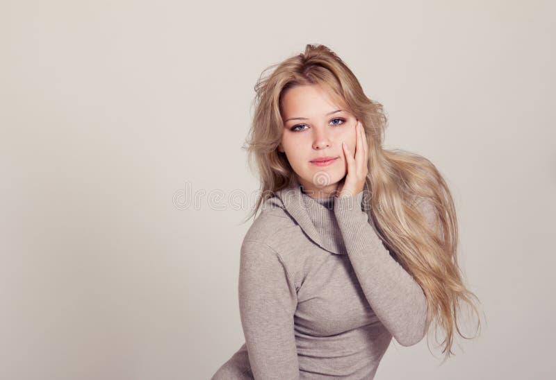 美丽的年轻白肤金发的妇女 免版税库存图片