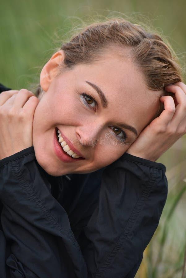 美丽的年轻白肤金发的户外女孩自然画象 免版税图库摄影