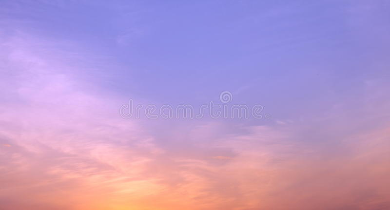 美丽的绯红色天空在日落以后的晚上在无云的天气的黄昏期间 库存照片