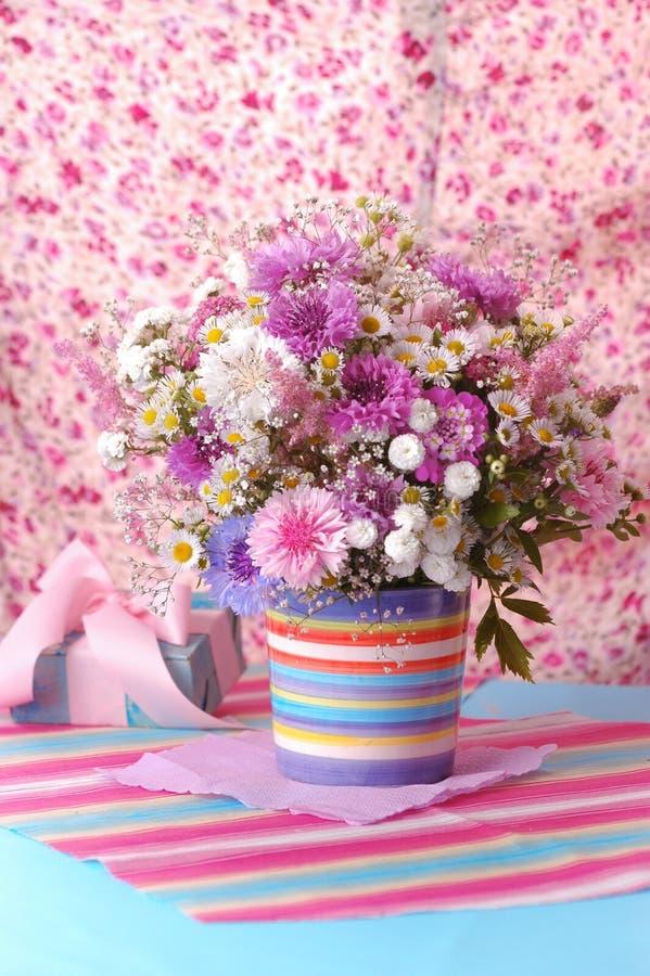 美丽的紫罗兰色花束 库存图片