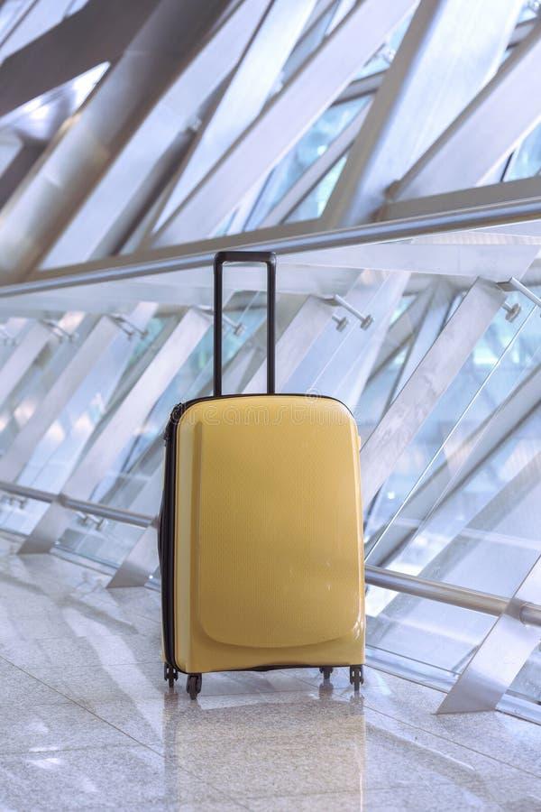 美丽的黄色手提箱 免版税库存照片