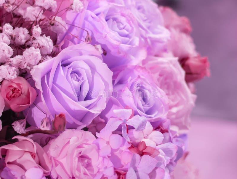 美丽的紫色罗斯葡萄酒减速火箭的口气花大花束的角落的在花瓶的内部,选择聚焦的 免版税库存照片
