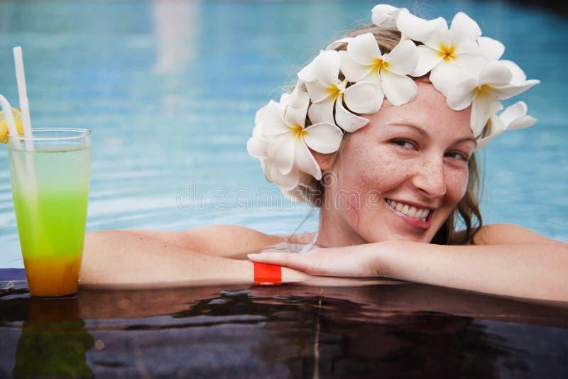 美丽的年轻金发碧眼的女人 免版税图库摄影