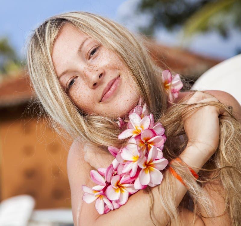 美丽的年轻金发碧眼的女人 图库摄影