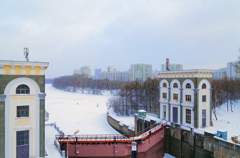 美丽的水闸和水库在莫斯科河在冬天 库存图片