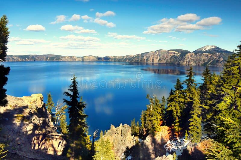 美丽的America最深的湖, Crater湖俄勒冈,旅游胜地 免版税图库摄影