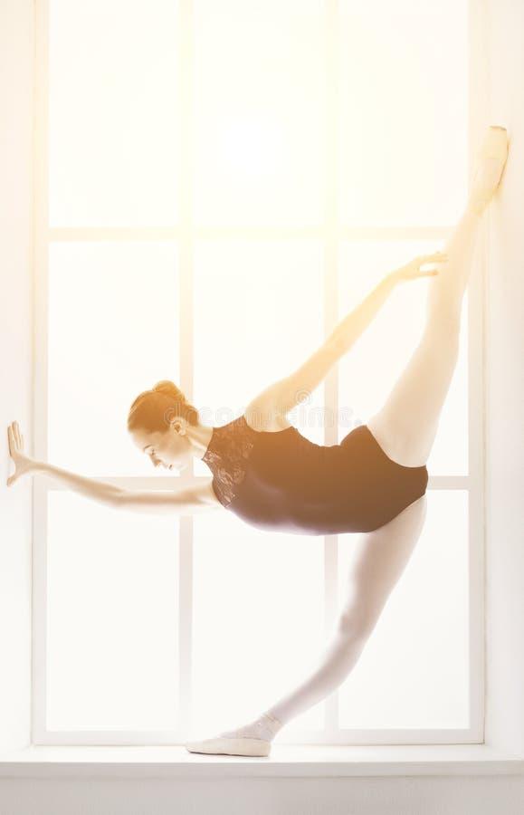 美丽的ballerine在第五个芭蕾位置站立 库存图片