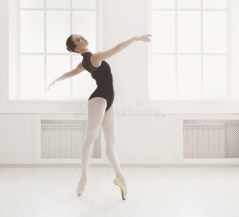 美丽的ballerine在芭蕾位置站立 图库摄影