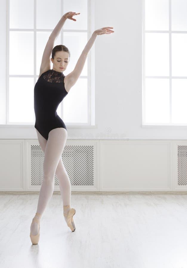 美丽的ballerine在芭蕾位置站立 免版税库存照片