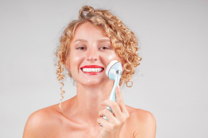 美丽的BOTOX®关心表面面部射入查出s白人妇女 美丽面对她洗涤的妇女 库存图片