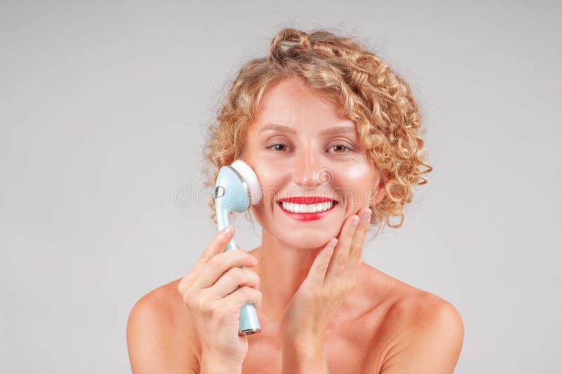 美丽的BOTOX®关心表面面部射入查出s白人妇女 美丽面对她洗涤的妇女 免版税库存图片
