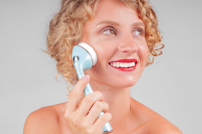 美丽的BOTOX®关心表面面部射入查出s白人妇女 美丽面对她洗涤的妇女 库存照片